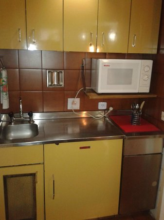 Bauen Suite Hotel : La habitación tiene microondas, pileta, platos, vasos y  cubiertos además de frigobar