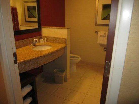 Courtyard Bangor : Large bathroom - with plenty of shelving