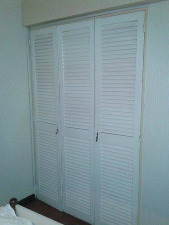 Bauen Suite Hotel : La cocina escondida detrás de esas puertas.