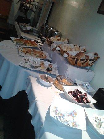 Bauen Suite Hotel : El desayuno bufete.