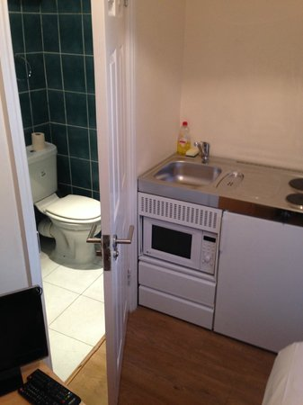 Earls Court Studios: Thats your entire kitchen. Note no oven or cupboard space.
