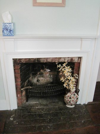 Amerscot House Inn: The charming fireplace in the Forbush Room