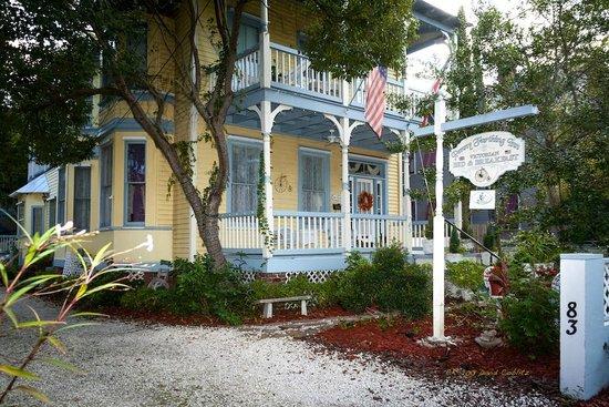 Penny Farthing Inn : Exterior viewed from Cedar St.