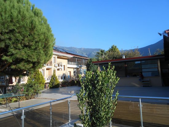 Hotel Destan: 1 of the 2 acommodation blocks, mountains in the background