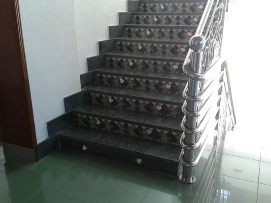 Hotel La Familia Gallo Rojo: Escalera del hall
