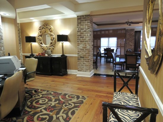 Holiday Inn Express Savannah-Historic District : lobby
