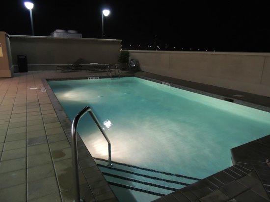 Holiday Inn Express Savannah-Historic District: rooftop pool at night