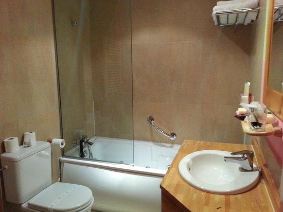 Hotel Erreka Guenes: El cristal es fijo pero la bañera hidromasaje es de 10