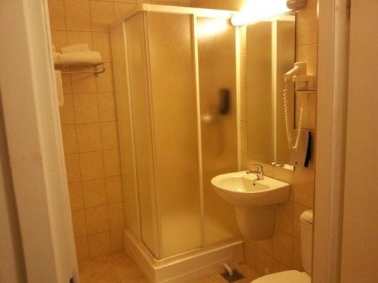 Thon Hotel Gardermoen: Badet med dusjhjørne