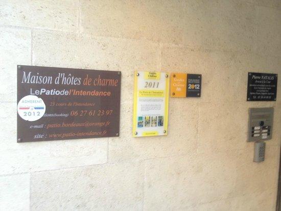 Patio De L'Intendance: Discrete sign indicating the front door