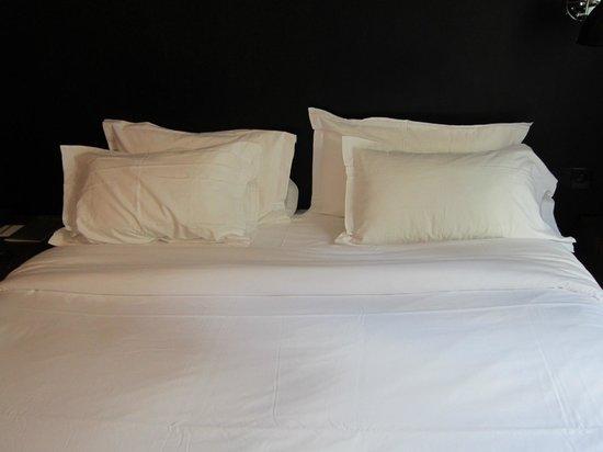 9HOTEL OPERA: letto