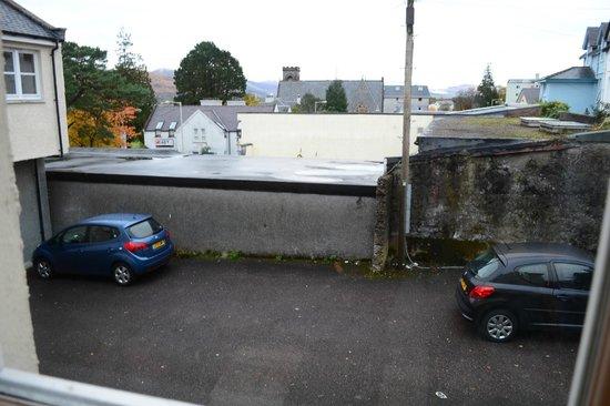 Bank Street Lodge : Vue depuis la chambre sur le parking de l'auberge