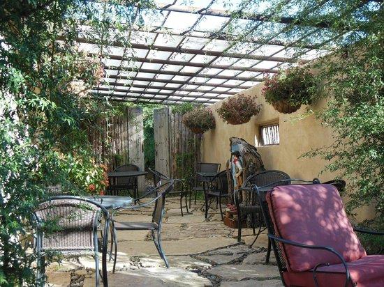 The Maverick Inn: patio off the lobby/breakfast area