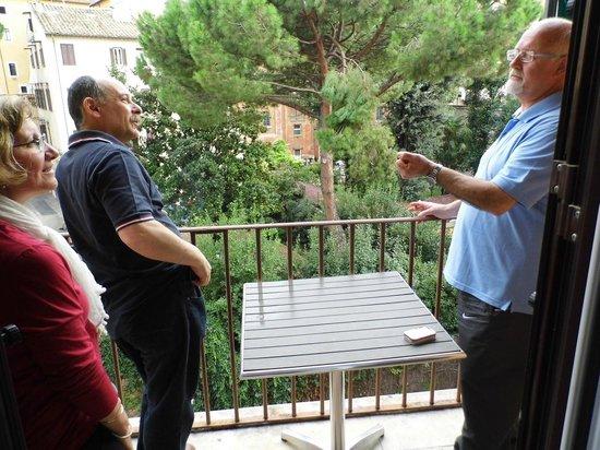 Hotel Verona: El balcón de mi habitacion