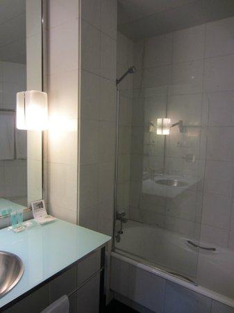 Quatro Puerta del Sol Hotel: Standard Room bathroom
