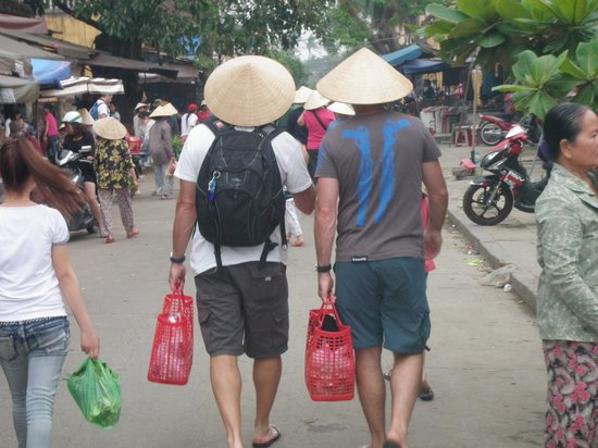 Green Bamboo Cooking School & Cafe: The boys strolling with basket in hand to the markets