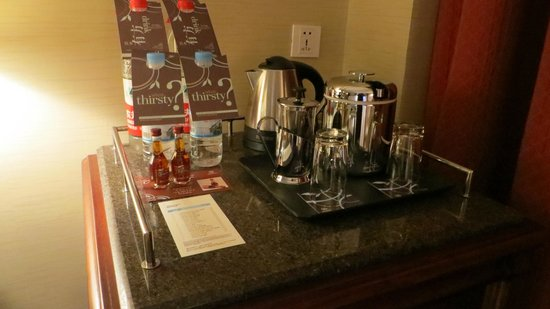 Sheraton Guilin Hotel: Cafe, agua...