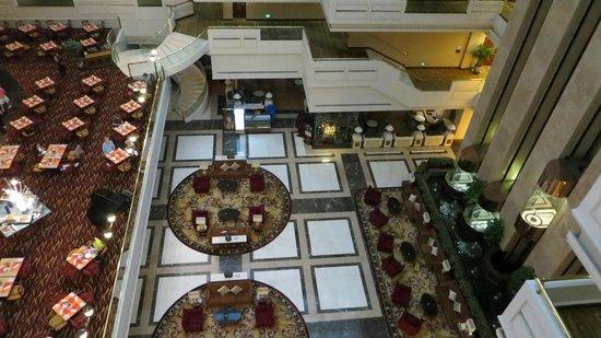 Sheraton Guilin Hotel: Vista desde el pasillo de las habitaciones al lobby