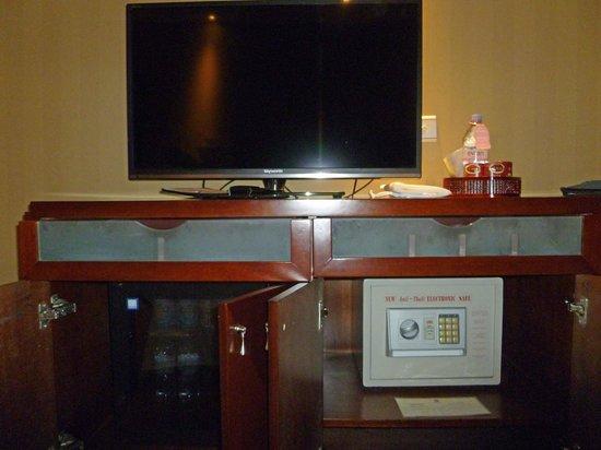 Sunworld Hotel Beijing: TV, Safe, Refridgerator