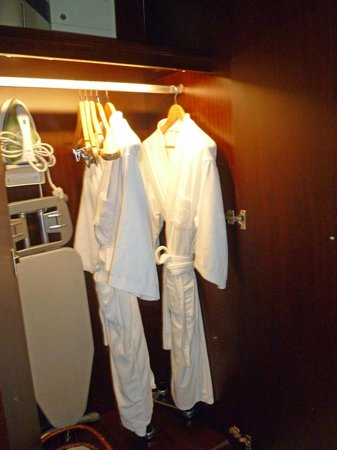 Sunworld Hotel Beijing: Closet, Ironing board