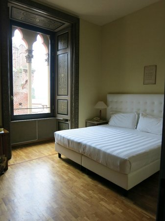 Castello di Carimate Hotel & Spa : King size bed and gorgeous window