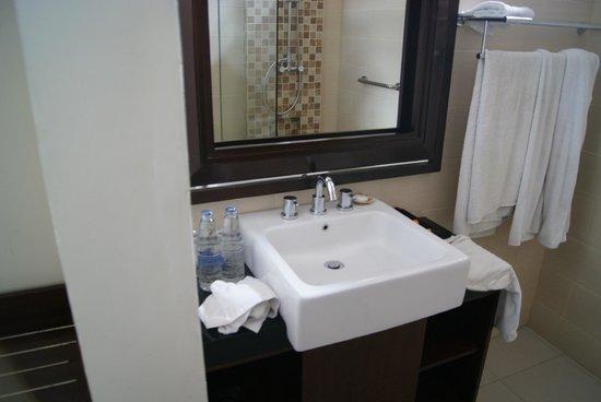 Yulia Village Inn : baño suite