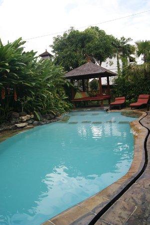 Yulia Village Inn : piscina