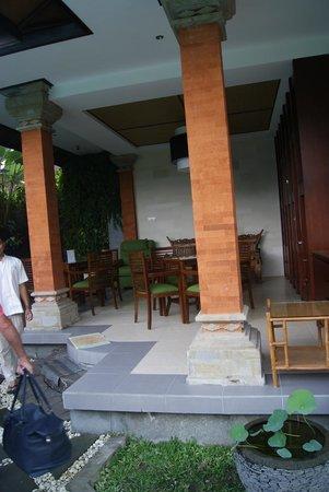 Yulia Village Inn : terraza de la habitación