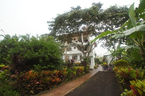 Twin Lodge Galapagos: Front of hotel