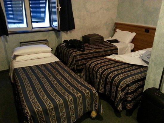 Comfort Hotel Europa Genova City Centre : Stanza tripla. Poco spazio. Igiene moquette e copriletto scarsa.