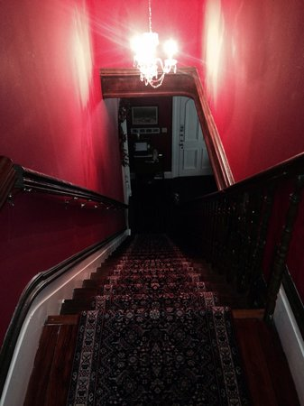 Claiborne House Bed and Breakfast: Beautiful staircase, interesting footprint