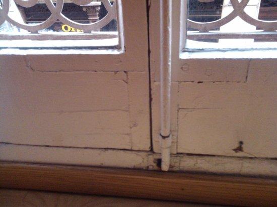 Rialto Hotel: Ventanas viejas no insonorizadas
