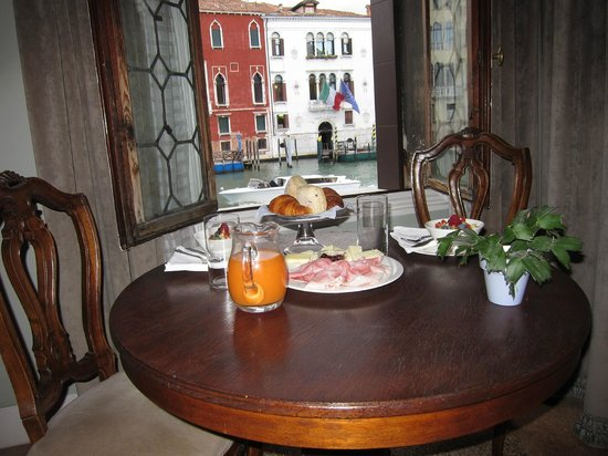 CimaRosa: Wonderful breakfast--who needs a gondola when you have this view