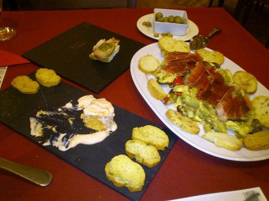 La Fragua : Revuelto de setas, pastel de cabracho y tosta de atún con mermelada de espárragos.