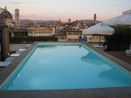 Grand Hotel Minerva: Terraza con piscina y GRAN vista de la ciudad