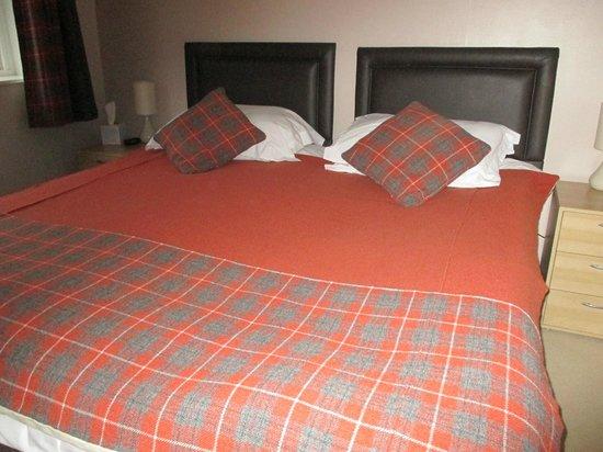 Bridge Of Lochay Hotel: Tartan bedspread