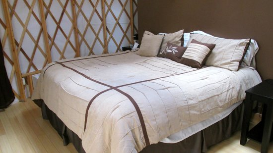The Wilds: King size bed, luxurious linens in Yurt