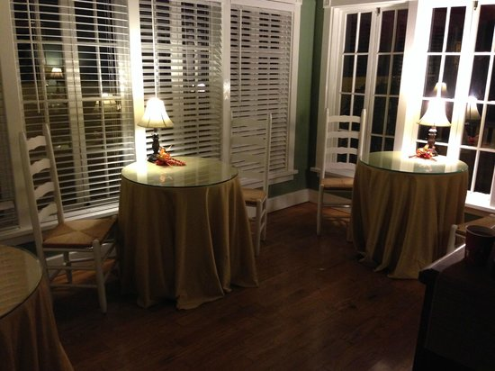 Agustin Inn: sunroom dining area