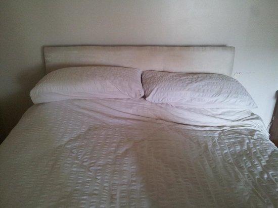 Balbairdie Hotel : disgusting bed - I refused to sleep in it.
