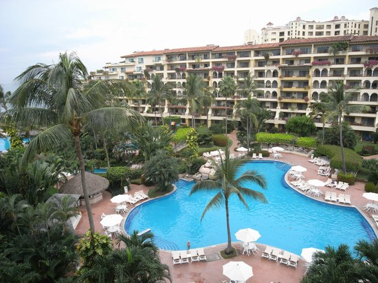 Velas Vallarta: The courtyard