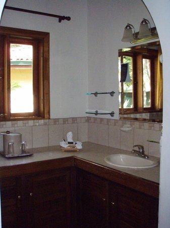Casa Conde Beach-Front Hotel: Bathroom countertop
