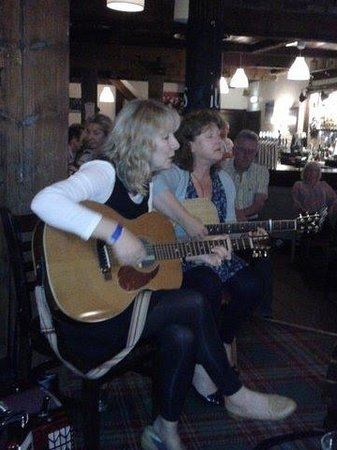 Inn on the Coast : Judith & Trish, more lovely singing in the lounge