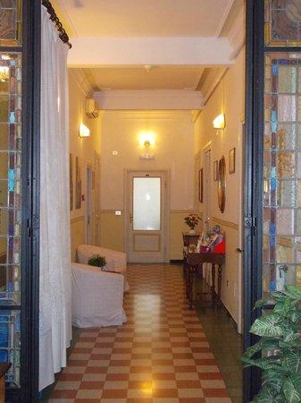 Hotel Serena: pasillo hacia el salon desayunador y la conserjeria