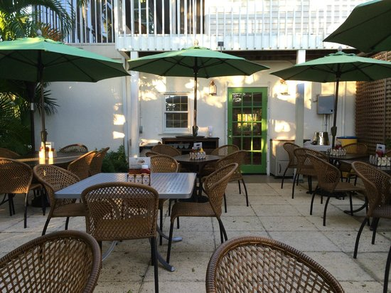 Third Street Cafe : quiet outdoor seating
