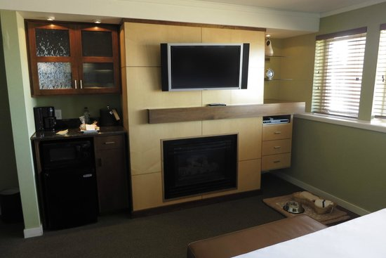 Surfsand Resort : Gas fireplace and TV w/ DVD player
