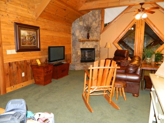 Serenity in the Mountains Luxury Suites: Living room