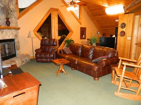 Serenity in the Mountains Luxury Suites: The recliner is soooooo comfy !!