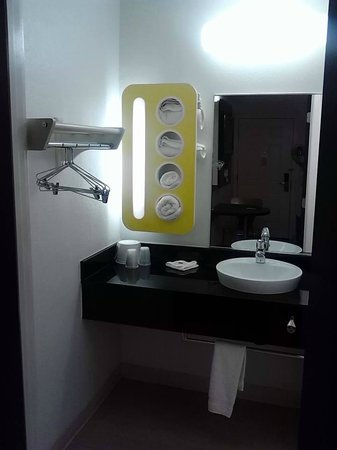 Motel 6 Las Vegas - Tropicana: New updated bathrooms