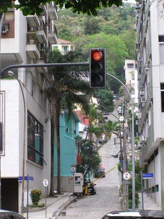 El Misti Rooms: Calle de acceso con vigilancia