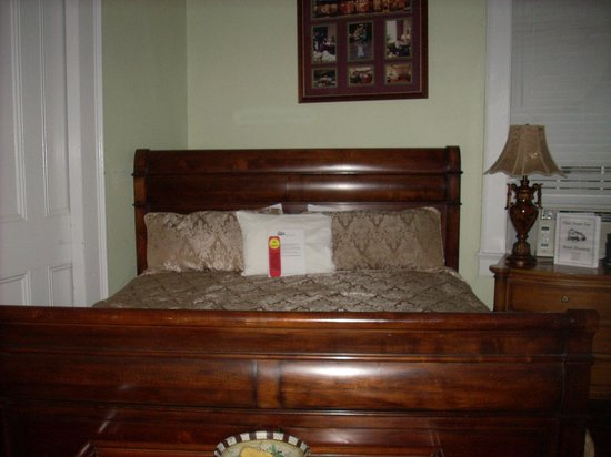 Olde Town Inn: The king size sleigh bed in one room